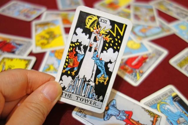 崩壊やアクシデントなどトラブルの暗示?復縁占いにおける「塔」のカード