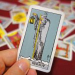 タロット占いにおける「隠者」のカードが示す意味合いと復縁運への影響